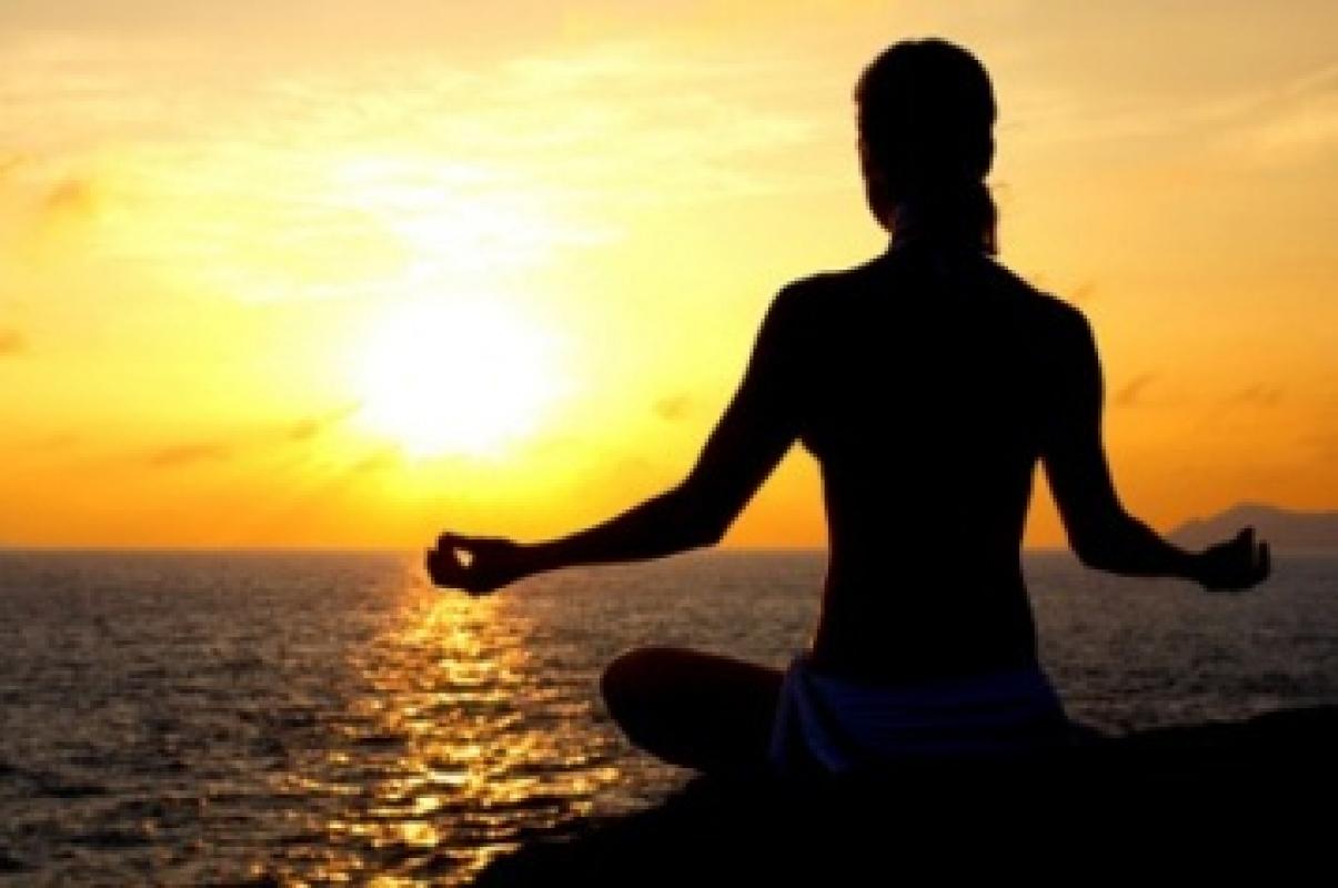 Resultado de imagem para mulher meditando